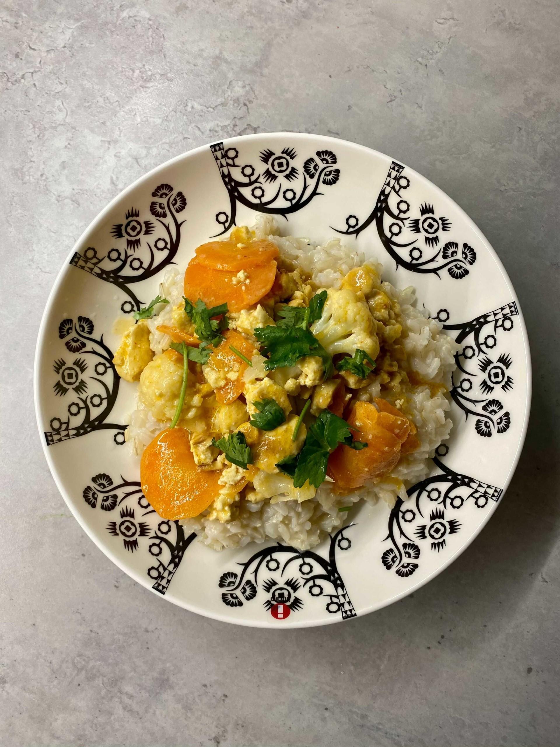 Sannan ruokakassin reseptin ja ainesten avulla eecolaiset loihtivat kasviscurryn.